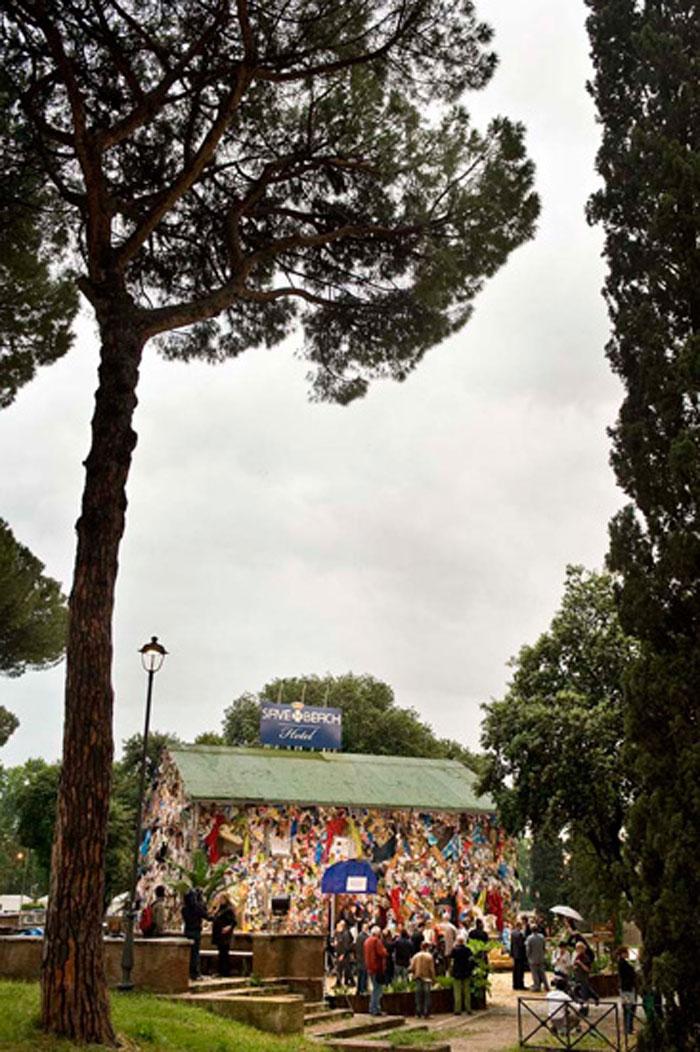 Отель из пляжного мусора в Риме (10 фото)