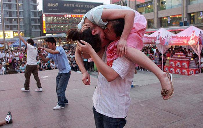 Поцелуй в необычной позе