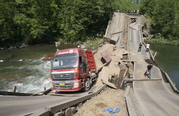 Мост не выдержал тяжелой фуры (7 фото)
