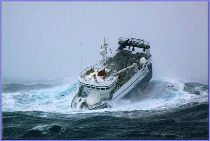 Рыболовецкое судно, попавшее в  шторм (7 фото)