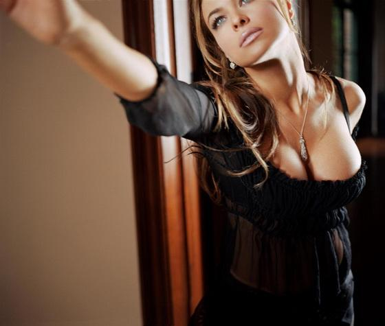 Кармен Электра с красивым бюстом