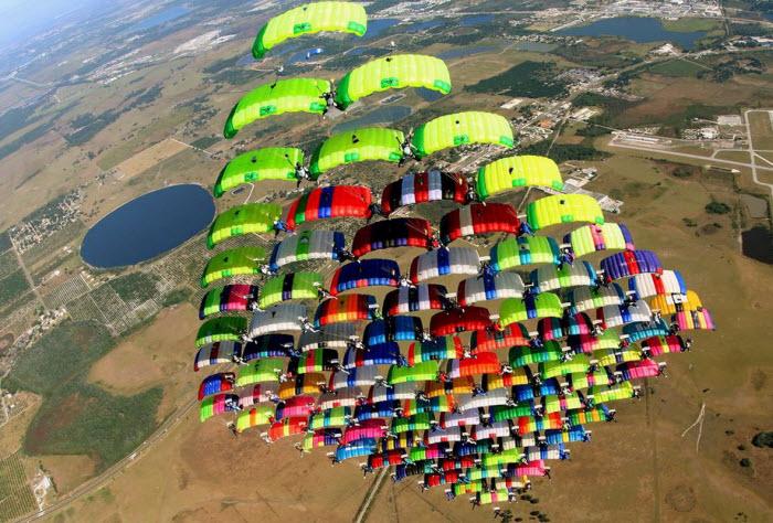 Когда 100 парашютистов собираются вместе (24 фото)