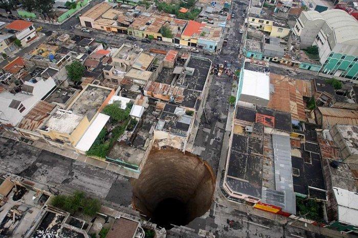В Гватемале под землю ушел трехэтажный дом