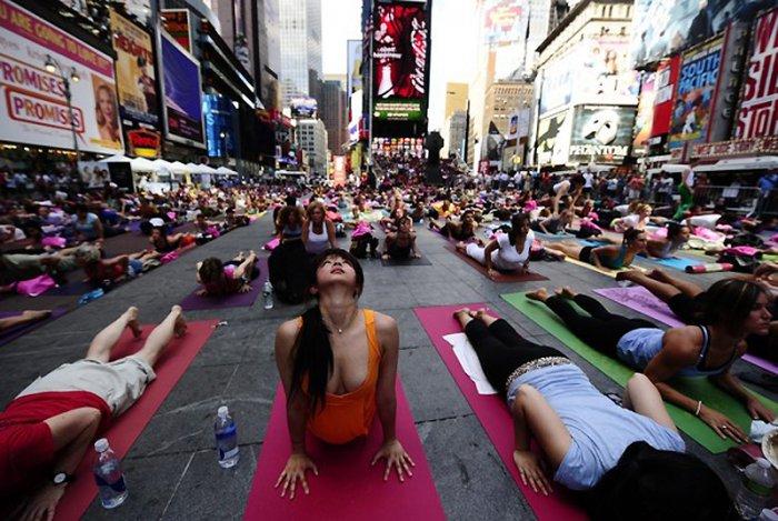 Любители йоги на Таймс-сквер (12 фото)