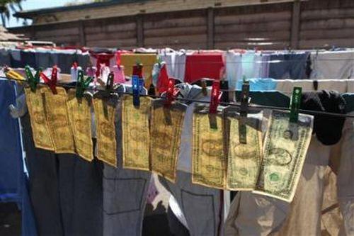 Как в Зимбабве отмывают деньги (5 фото)