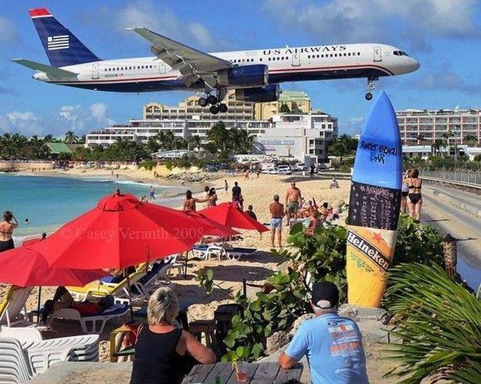 На райском острове самолёты садятся туристам на шею (18 фото)