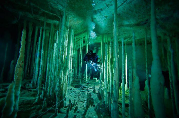 Удивительная пещера на Багамах (23 фото)