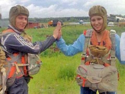Парашютистка упала с 800 метров и выжила (2 фото)