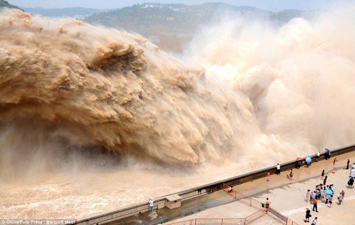 В Китае русло реки промыли взрывом!