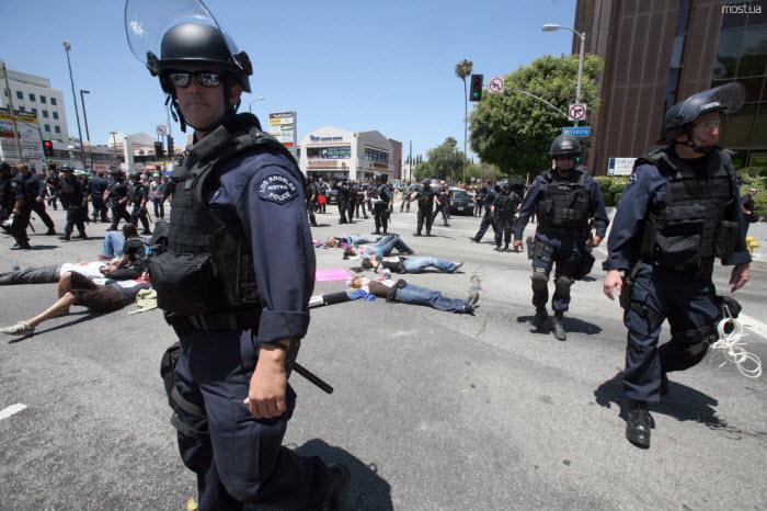 В Аризоне прошла многотысячная акция в защиту иммигрантов (15 фото)
