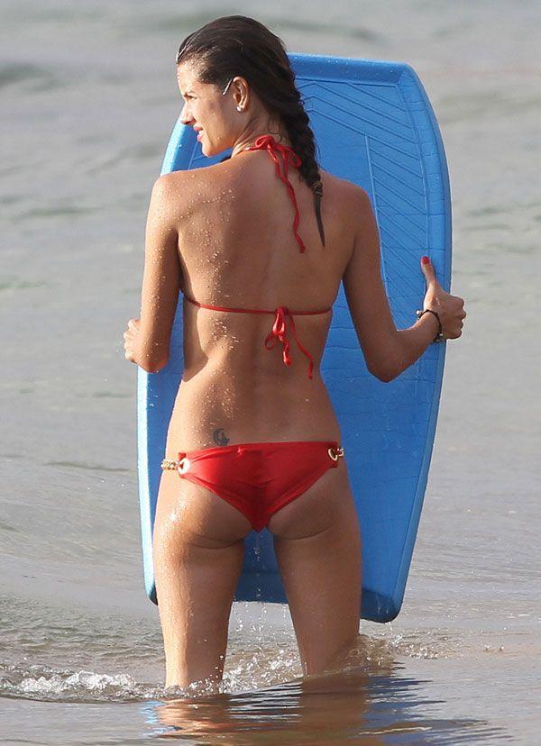 Alessandra Ambrosio в красном бикини (8 фото)