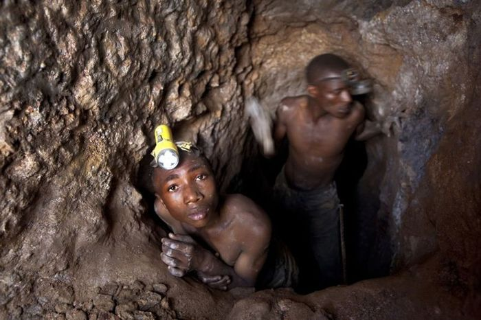 Тяжелая работа на рудниках в Конго (21 фото)
