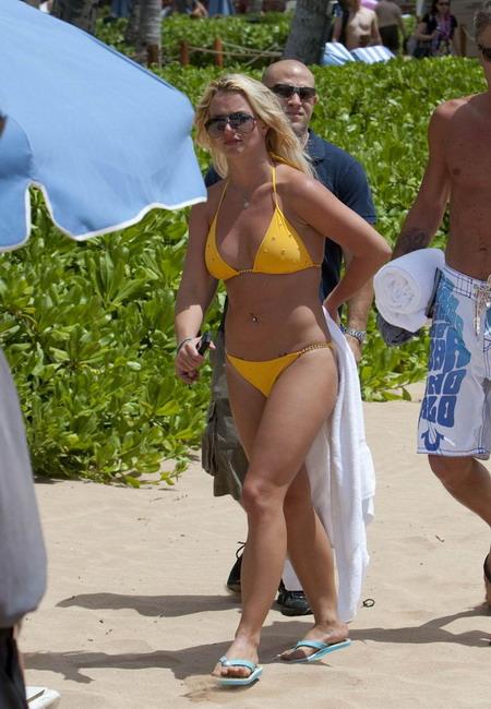 Бритни Спирс на пляже в желтом бикини (13 фото)
