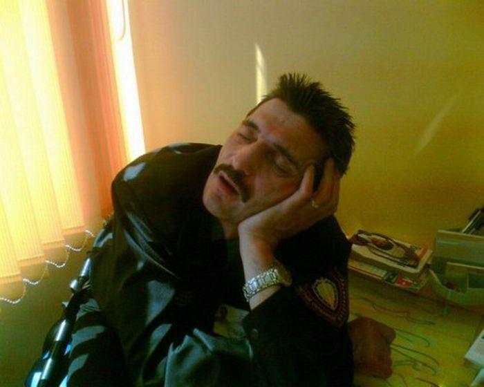 охранник спит на посту фото заснуть, бухгалтер