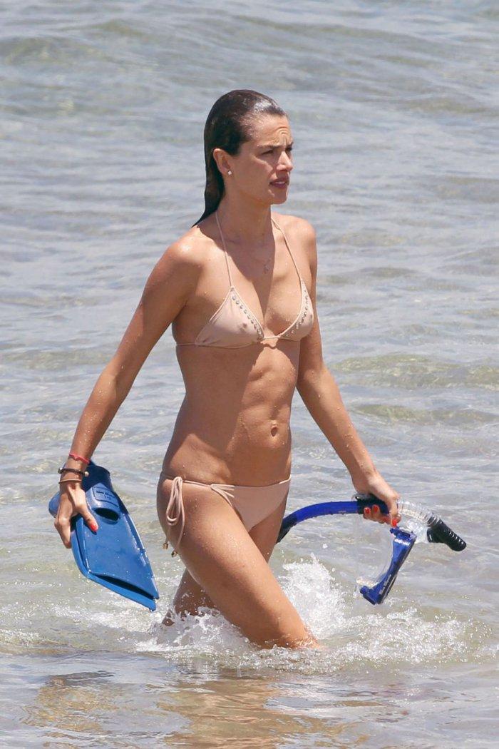 Alessandra Ambrosio на пляже (10 фото)