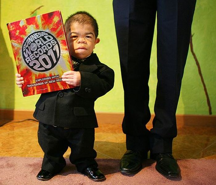 Колумбиец попал в Книгу рекордов Гиннесса как самый маленький человек (6 фо ...