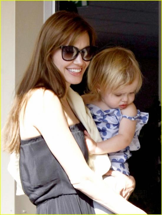 Анджелина Джоли с младшими детьми