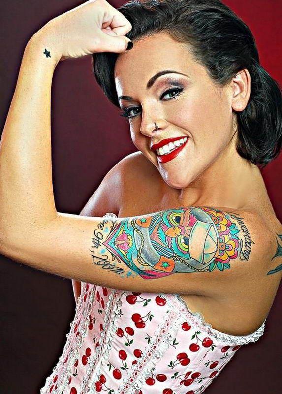Симпатичные татуированные девушки (32 фото)