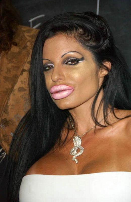 загар, пухлые губы, длинные волосы - обязательные атрибуты.