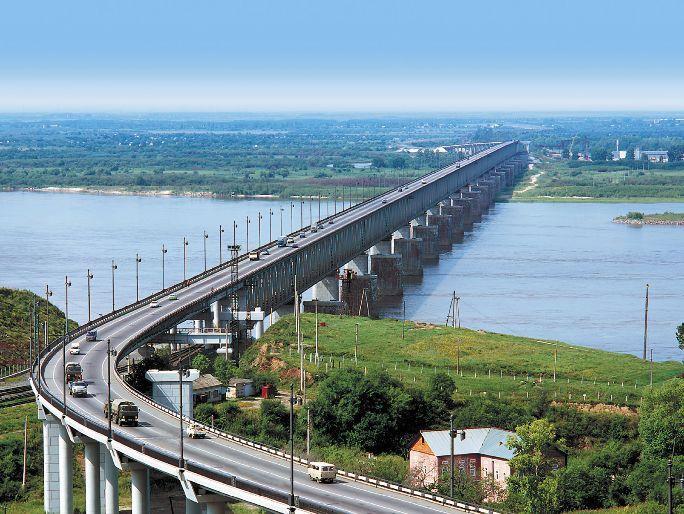 Мост через реку Амур под Хабаровском является и по настоящее время не только крупнейшим на Транссибе...