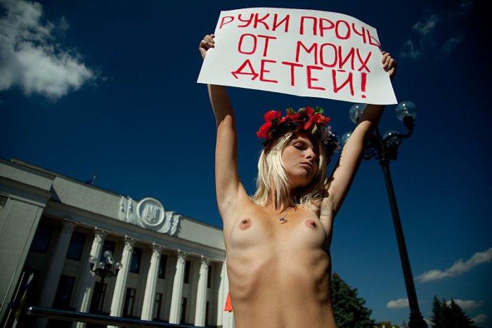 Женское движение FEMEN «Руки прочь от моих детей»