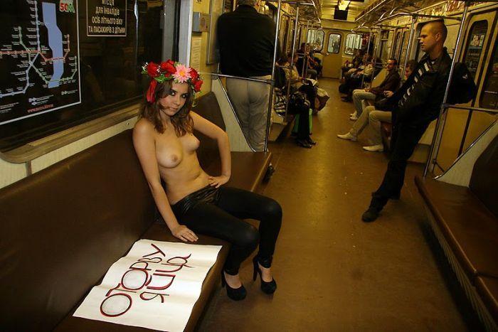 golie-devki-v-metro-foto