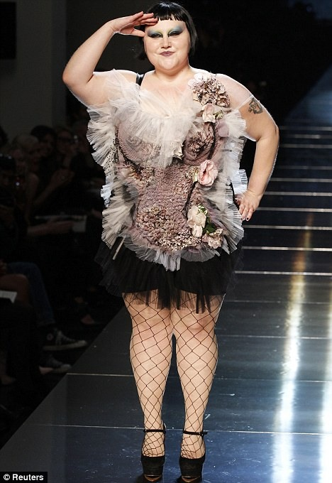 Парижская неделя моды. Бет Дитто на подиуме (7 фото)