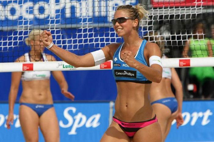 Пляжный волейбол с симпатичными девушками (39 фото)