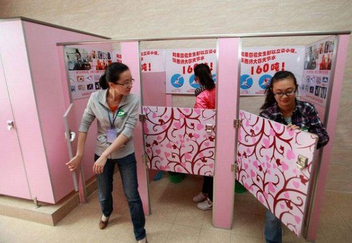 Женские туалеты в Китае оборудовали мужскими писсуарами (6 фото)