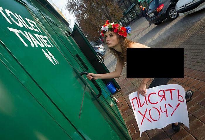 FEMEN в поисках общественного туалета (7 фото НЮ)