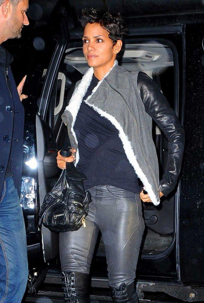 Холли Берри в кожаных штанишках (9 фото)