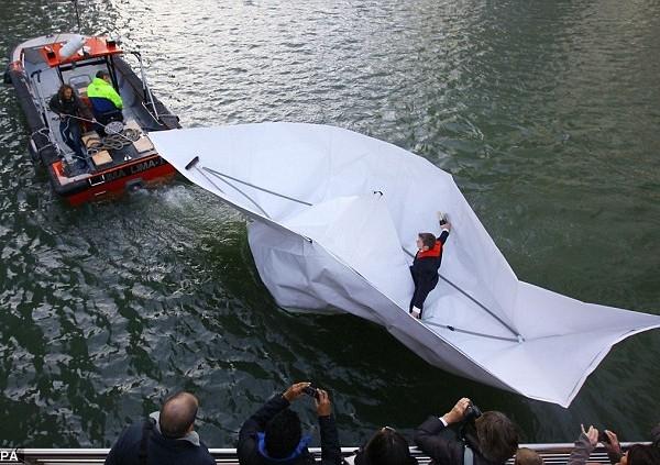По Темзе на лодке… сделанной из бумаги (4 фото)