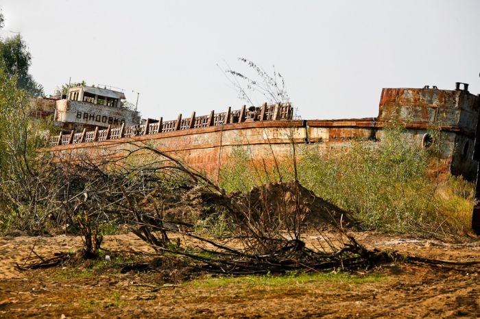 Заброшенные корабли советского речного флота (30 фото)