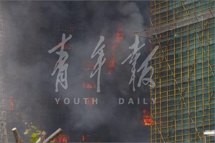 Пожар в центре Шанхая (30 фото)