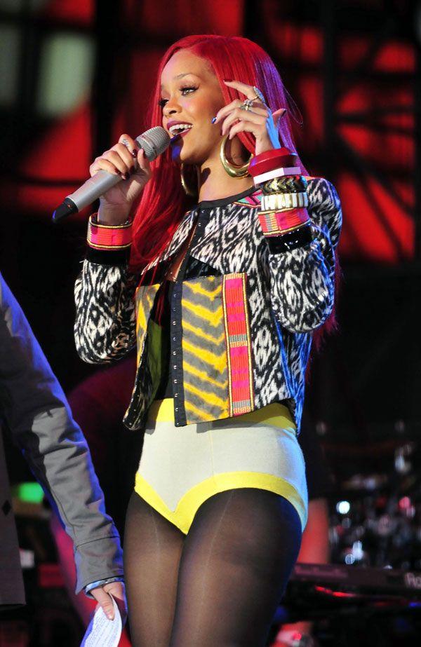 Rihanna в желтых труселях (13 фото)