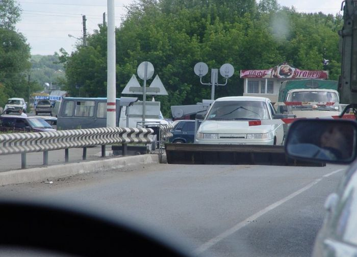 Автомобиль застрял между двумя шлагбаумами (2 фото)