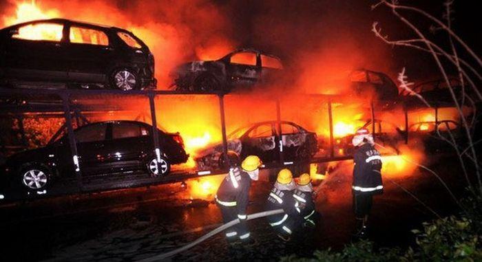 В Китае сгорело 20 автомобилей (6 фото)