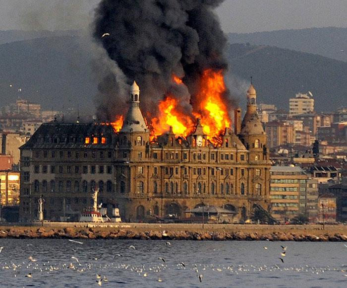 В Стамбуле сгорел старинный вокзал Хайдарпаша