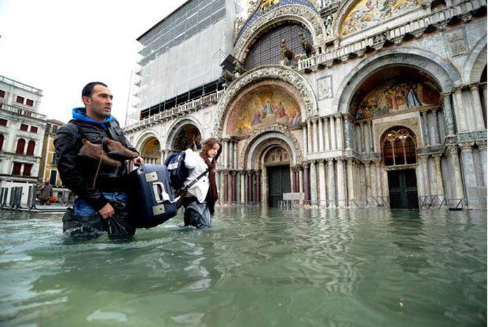 В Венеции сильнейшее наводнение за 22 года (13 фото)