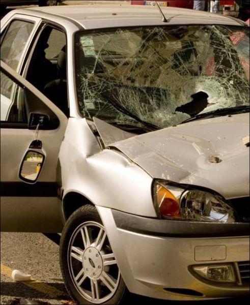 На автомобиль упала бетонная плита