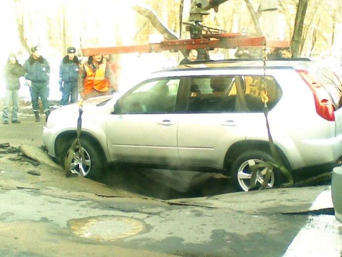 Жесть! Под автомобилем провалился асфальт (4 фото)