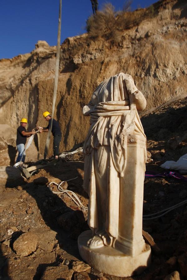 Ураган раскопал статую (5 фото)