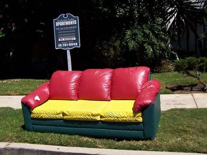 Ненужные диваны в Лос-Анджелесе