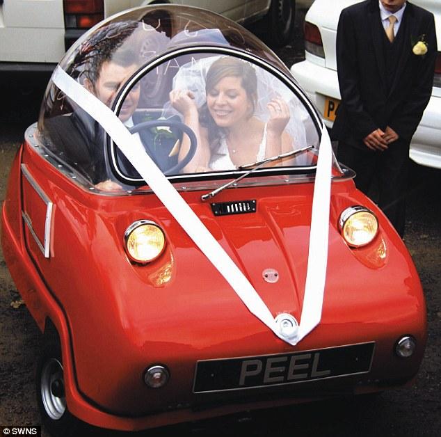 Необычный автомобиль для молодоженов (4 фото)
