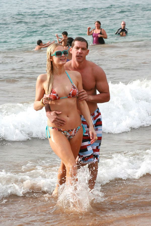 Paris Hilton на пляже с другом (7 фото)