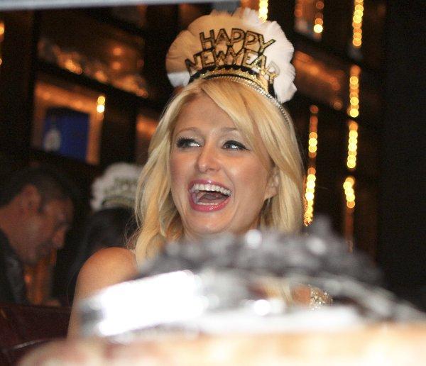 Пэрис и Ники Хилтон отпраздновали Новый год в ночном клубе в Сан Кабо