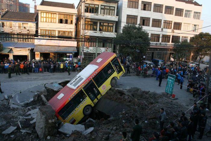 Автобус ушел под землю