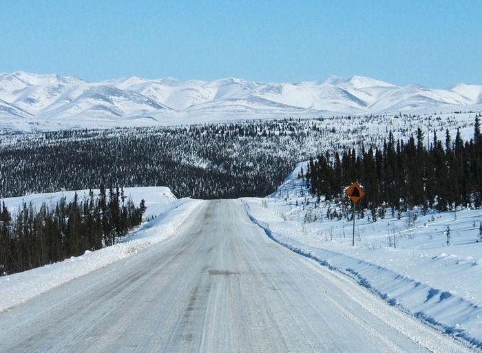 Зимняя дорога, соединяющая два города в Канаде