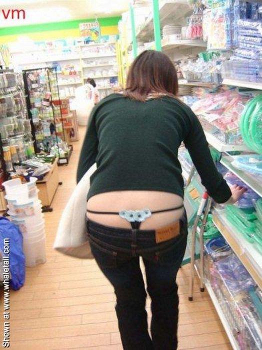 девушка раком в джинсах с торчащими трусиками