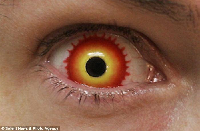 Жуткие контактные линзы (24 фото)